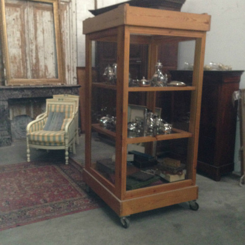 vitrine armoires mobiliers nord antique. Black Bedroom Furniture Sets. Home Design Ideas